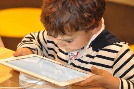 Niño con acceso a internet